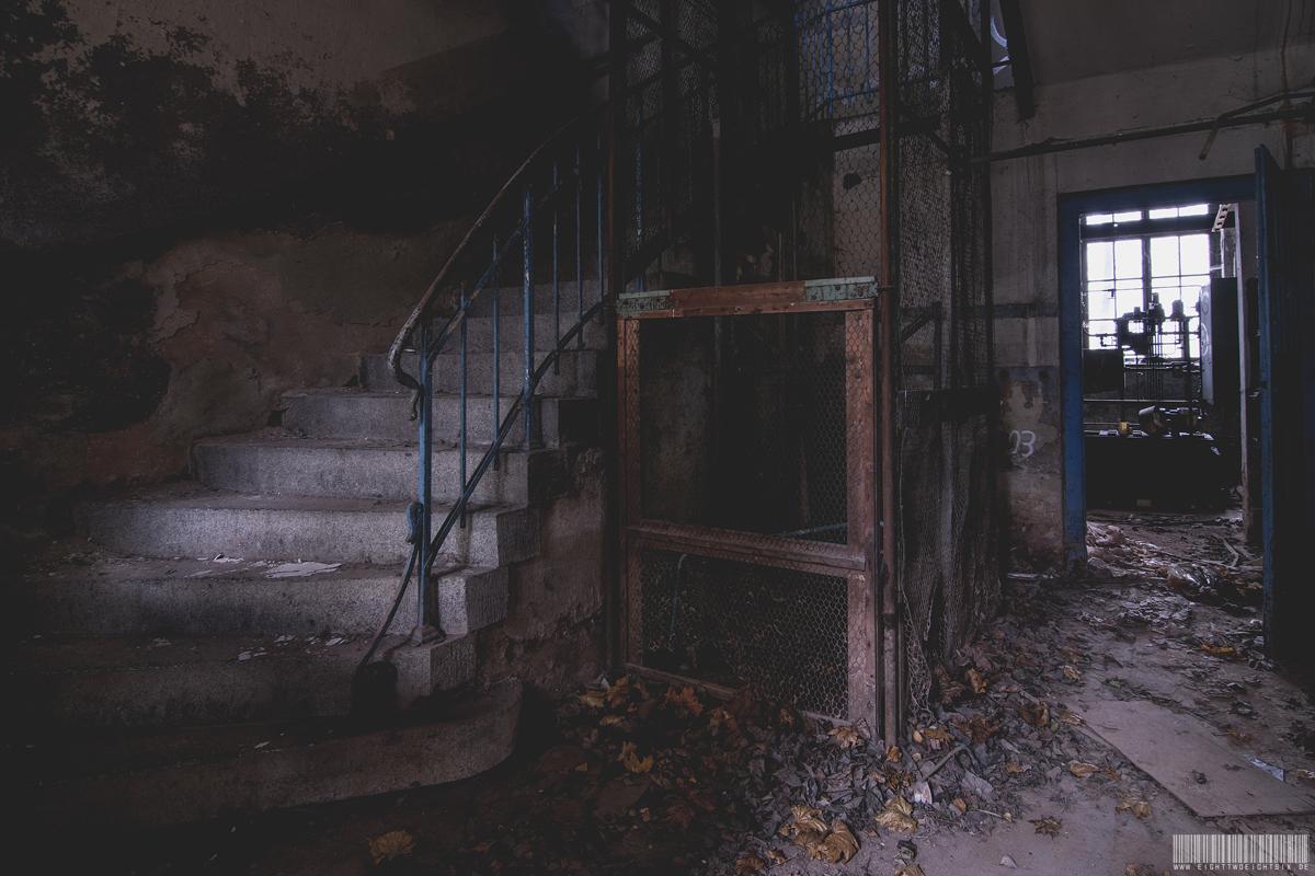 Treppe mit Aufzug