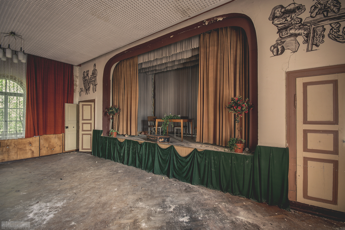 Bühne mit Gardinen