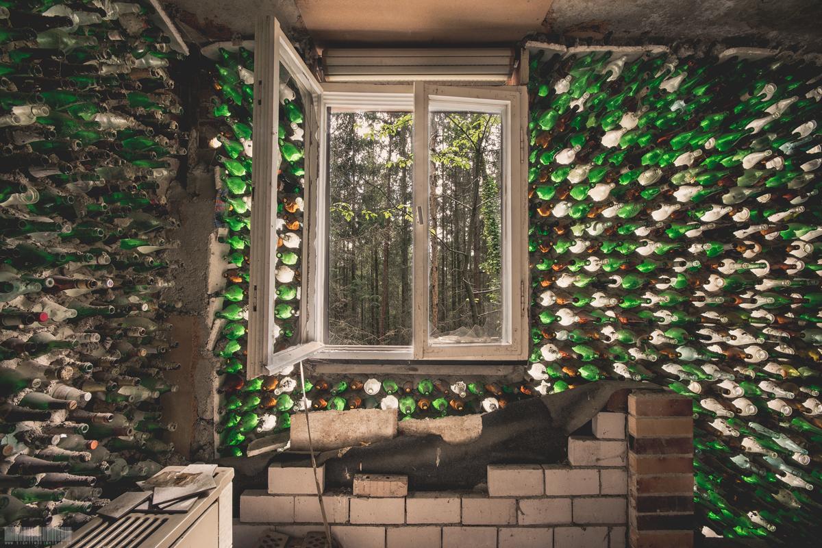 Flaschenhaus im Wald