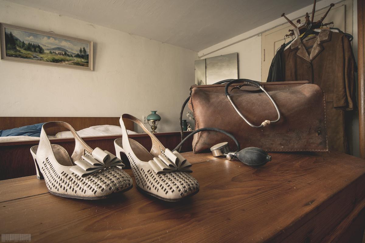 Schuhe und Arztkoffer