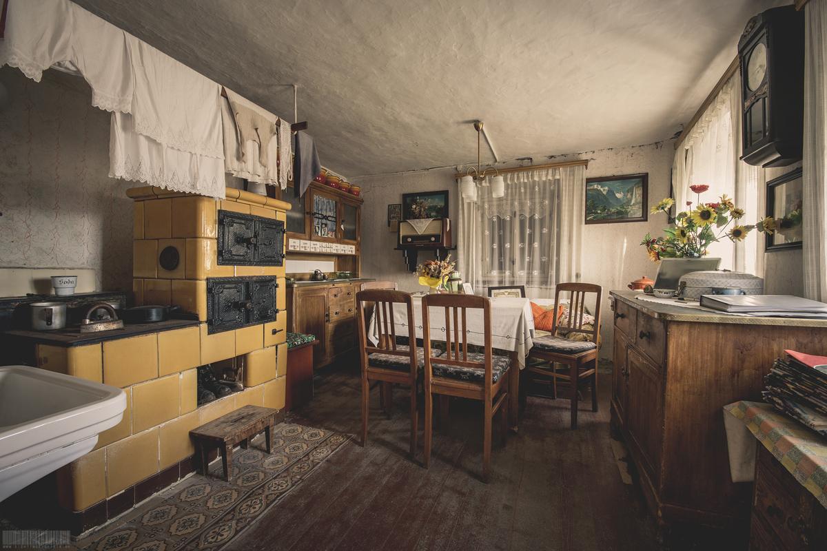Küche mit gelbem Kachelofen
