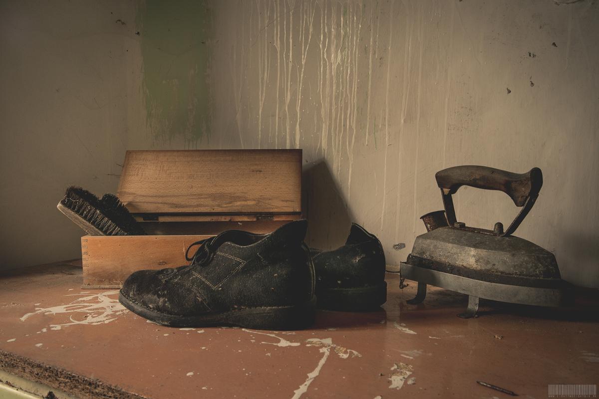 alte Schuhe und Bügeleisen
