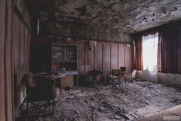 Zimmer mit Vitrine