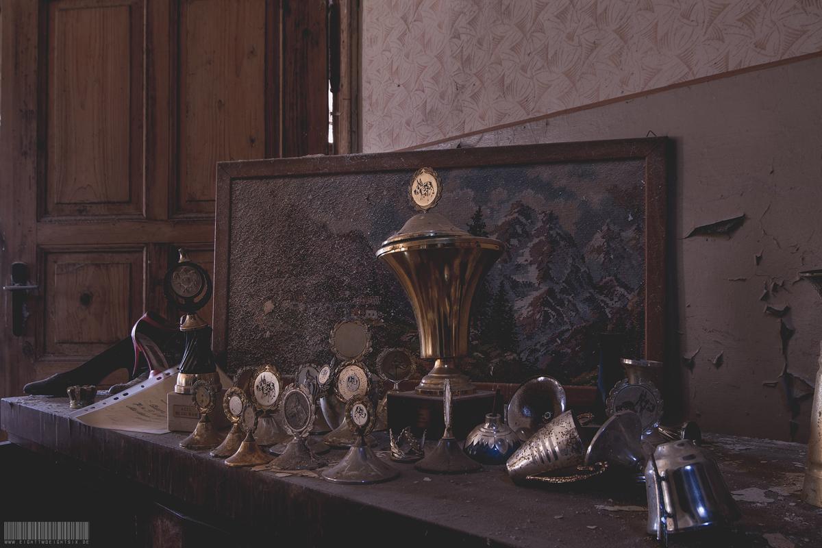 Pokale und Gemälde