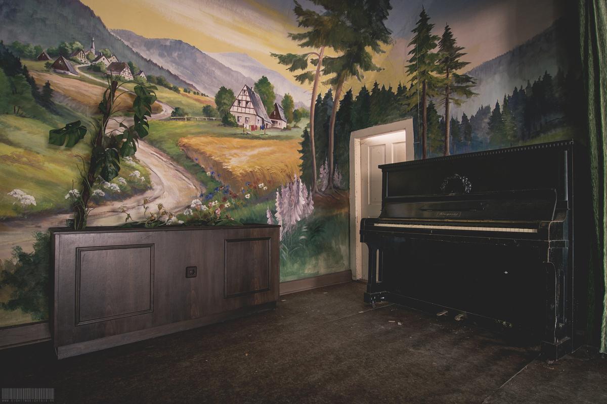 Klavier vor Gemälde