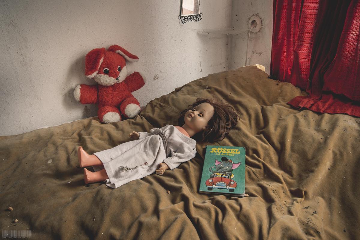 Puppe im Bett