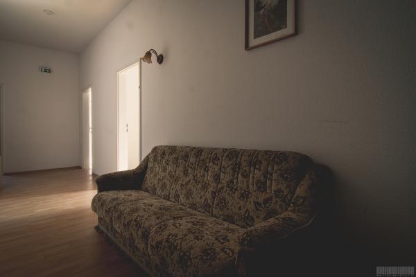 Couch im Flur