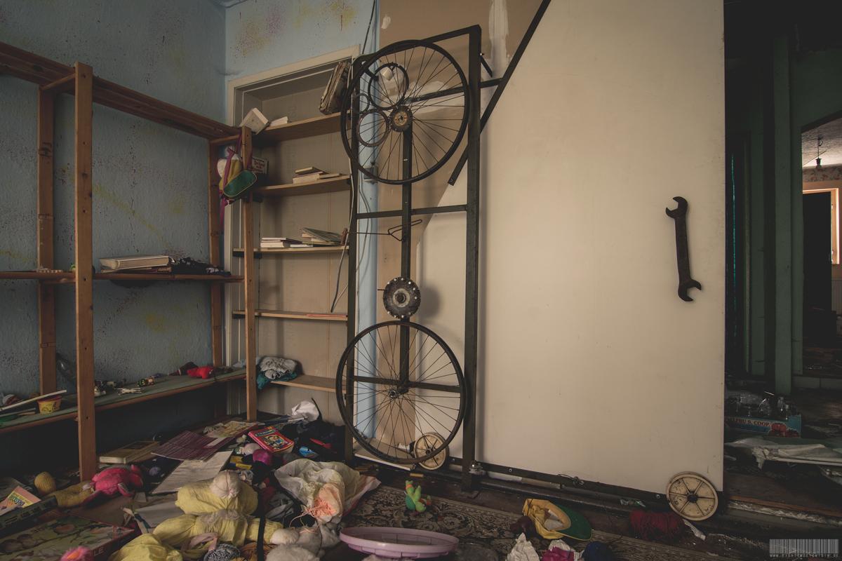 Haus der seltsamen Türen im ehemaligen Erbgericht im Erzgebirge in Sachsen - Lost Place - Verlassene Orte