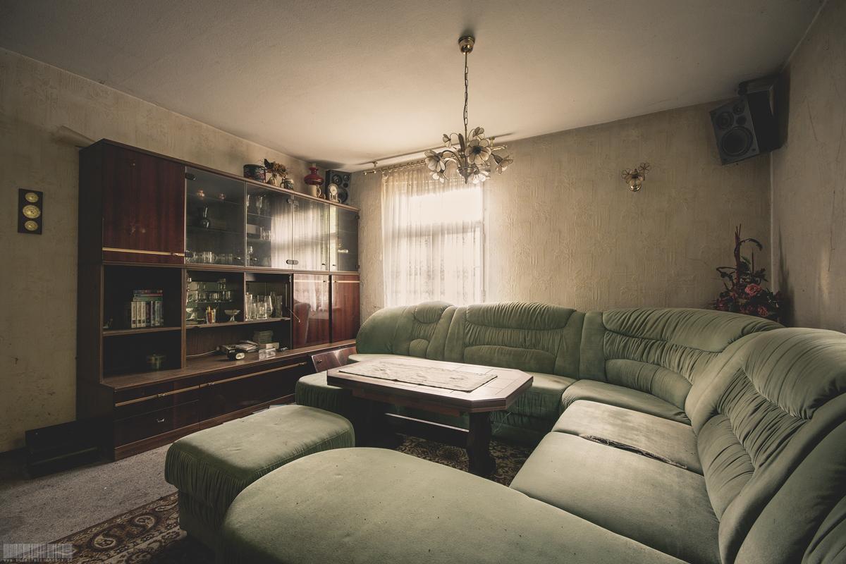 Wohnzimmer in verlassener Wohnung mit Einrichtung - Lost Places Sachsen