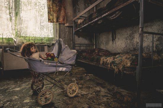 Puppenwagen in verlassenes Kindheim Jugendlandheim Alte Molkerei in Sachsen Lost Place verlassene Gebäude