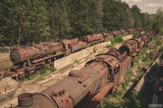 verlassener Ort - Lost Place mit verrosteten Lokomotiven - Dampflokomotiven