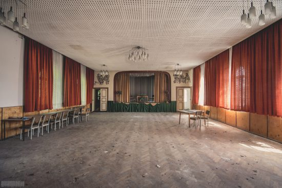 Ballsaal Lagune mit vergessenem Trabant - Lost Places Sachsen