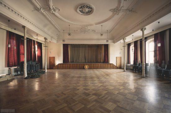 verlassener Ballsaal DDR im Erzgebirge in Sachsen - Lost Places mit DDR Emblem