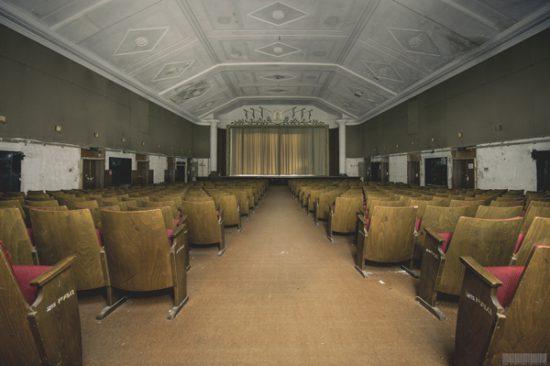 Kinosaal Haus der Offiziere - die verbotene Stadt Wünsdorf in Brandenburg Theatersaal