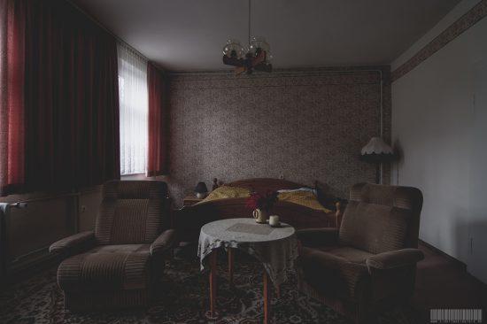 moebiliertes Hotelzimmer in verlassenem Hotel im Erzgebirge - Lost Places Sachsen