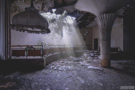 Sanatorium mit Theatersaal und Umkleidekabinen im Erzgebirge - Lost Place Sachsen - Urbex - verlassene Orte